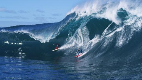 cavalcata onda gigante con surf