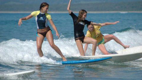 alzarsi in piedi sulla tavola da surf