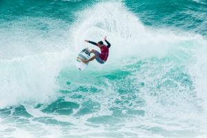 in piedi sulle onde surf
