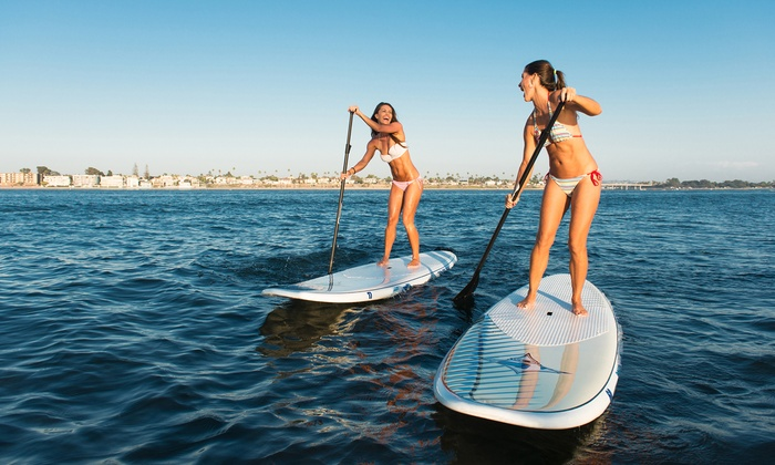 ragazze su tavole fanno stand up paddling